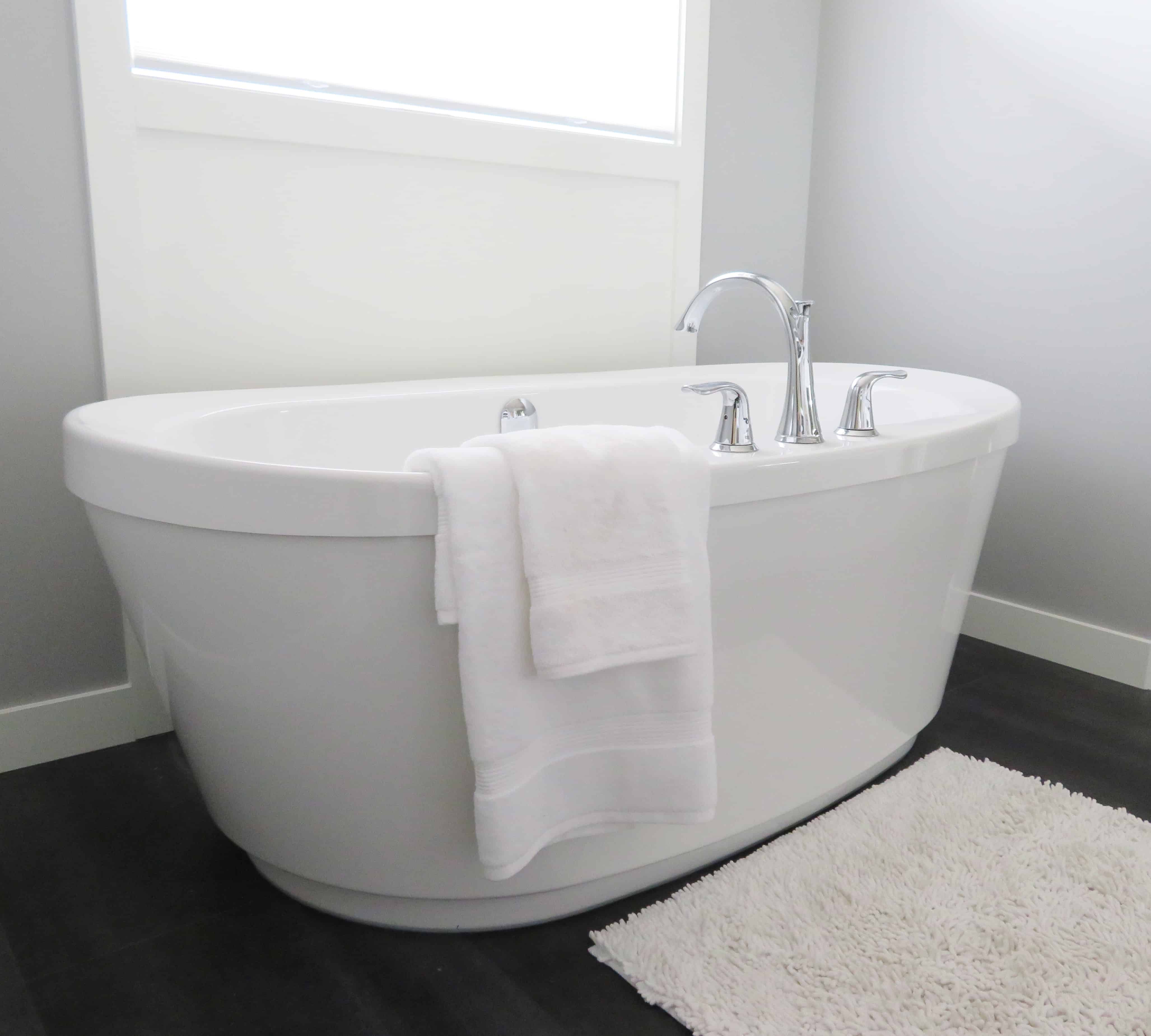 Free standing white bathtub